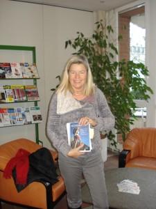 """Autorin Heidi Rauch bei Bavaria-Druck in München-Freimann mit dem Plot-Ausdruck von """"Mut zum neuen Knie!""""."""