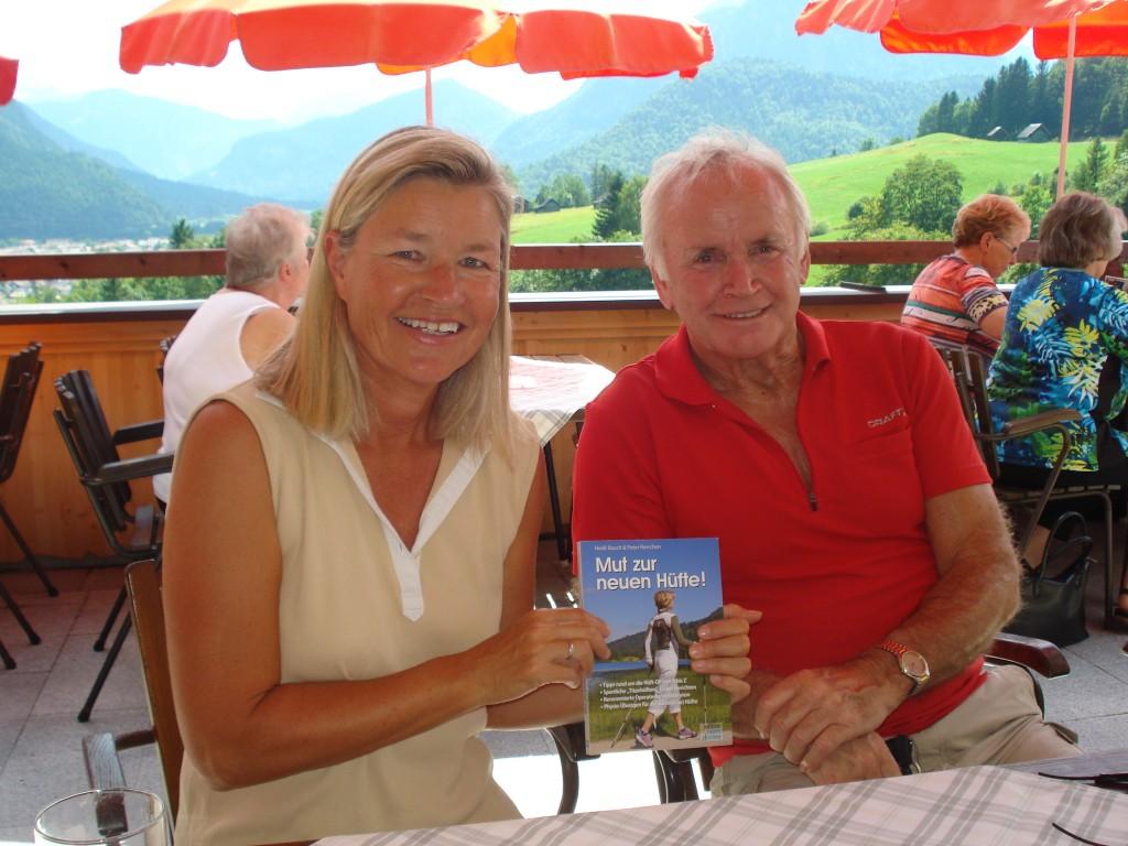 Er hat zwar ein künstliches Kniegelenk, freute sich aber doch über das Hüft-Buch von Autorin Heidi Rauch: ihr Namensvetter Rudi Rauch, den sie auf der Gröbl Alm in Mittenwald traf.