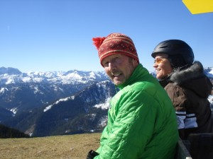 Michael Pause auf dem Roßkopf in seinem Bergsteiger-Element, Heidi Rauch mit Ski-Helm dahinter.