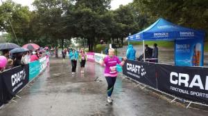 Claudia glücklich im Ziel nach 5 km Power Walking