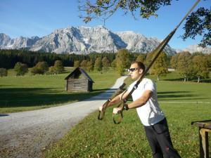 Bernhard Schwarz trainiert gern auch outdoor mit TRX-Bändern bzw. lässt seine Kunden trainieren.