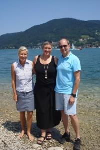 Heidi und Peter treffen Cory, Mitte, am Tegernsee neben der Reha-Klinik St. Hubertus.