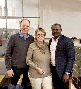 Dr. Joachim Deuble, links, implantiert die Hüft-TEPs in Togo; Margret Kopp, Vorsitzende der Aktion PiT-Togohilfe e. V. und Dr. Michel Kodom, Klinikleiter in Lomé freuen sich über diesen ehrenamtlichen Einsatz.