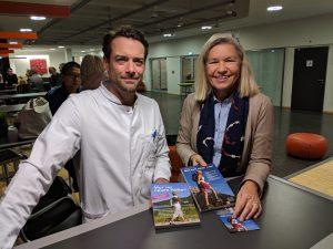 Heidi Rauch übergibt Dr. Tobias Winkler in der Berliner Charité unsere beiden Mutmach-Ratgeber.