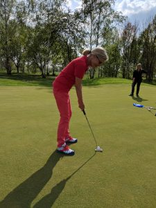 Seit 1988 spielt Heidi Golf, seit 2012 mit zwei künstlichen Hüften.